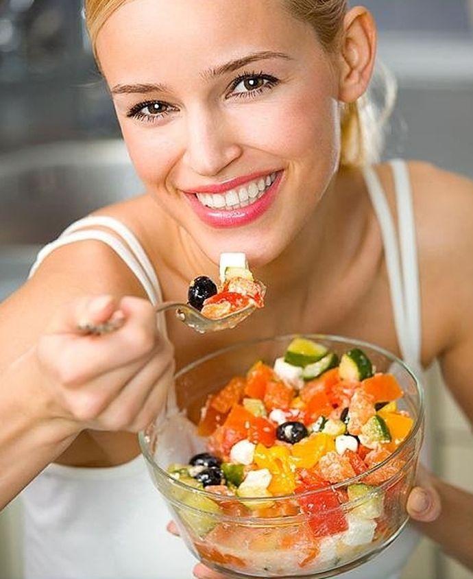 девушка на диете ест салат