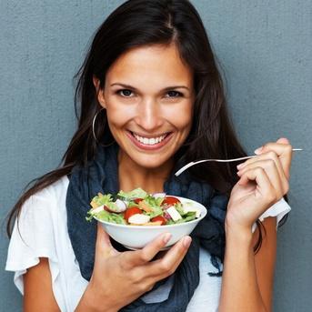 девушка ест овощной салат по диете Дюкана