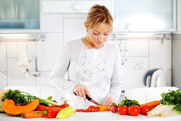 девушка готовит овощи