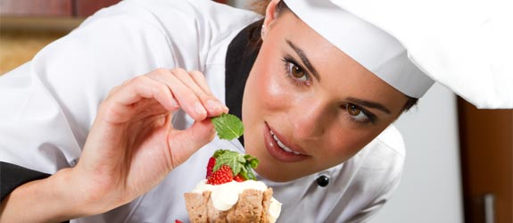 девушка с десертом по Дюкану