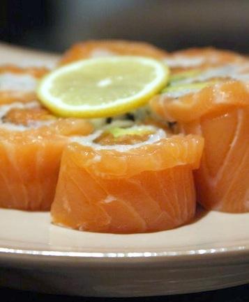 ролл с лососем и крабом