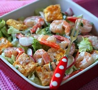 салат с креветками и блинчиком