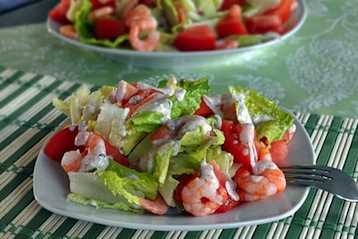 салат с креветками и помидорами Цезарь