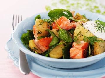 салат с лососем и морскими гребешками