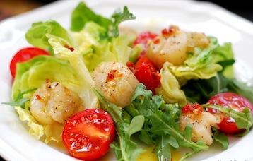 салат с морскими гребешками и помидорами