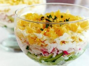 Летний салат с крабовыми палочками