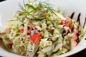 Салат с крабовыми палочками и с капустой