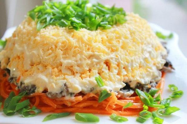 Теплый слоеный салат из курицы с сыром и шампиньонами