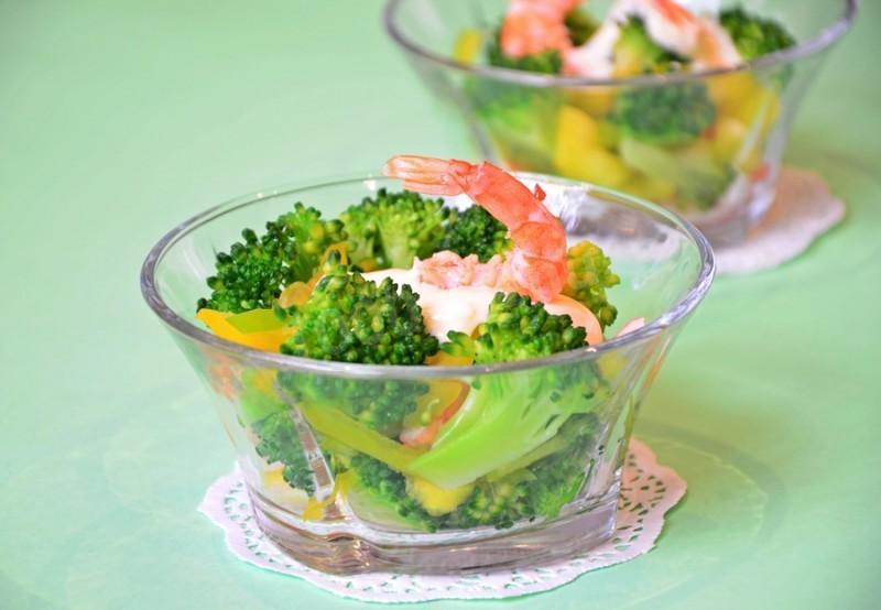 салаты с брокколи и креветками